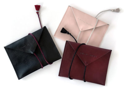 pochette enveloppe, simili cuir, cordelette, marquage à chaud